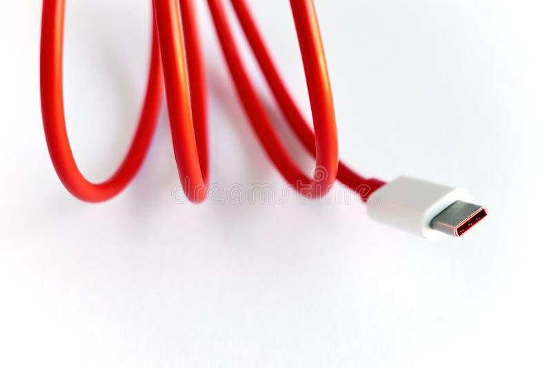 Κινηματογράφηση σε πρώτο πλάνο του κόκκινου καλωδίου τύπος-γ USB στοκ φωτογραφία με δικαίωμα ελεύθερης χρήσης