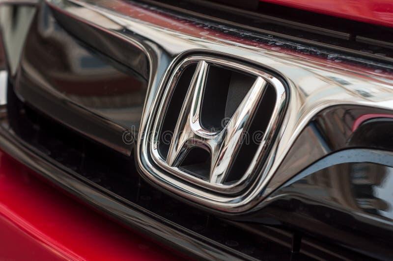 Κινηματογράφηση σε πρώτο πλάνο του λογότυπου της Honda στο κόκκινο μέτωπο αυτοκινήτων Honda Civic στοκ εικόνες