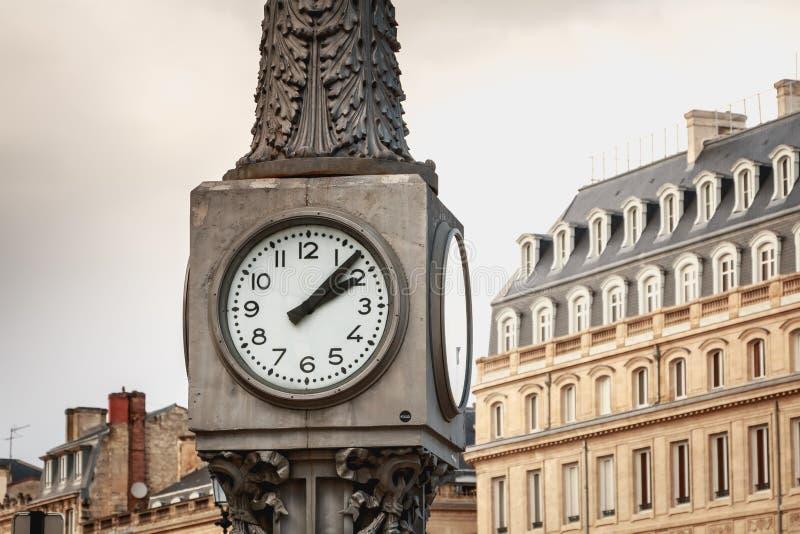 Κινηματογράφηση σε πρώτο πλάνο του μεγάλου ρολογιού μπροστά από την όπερα του Μπορντώ στοκ φωτογραφίες με δικαίωμα ελεύθερης χρήσης