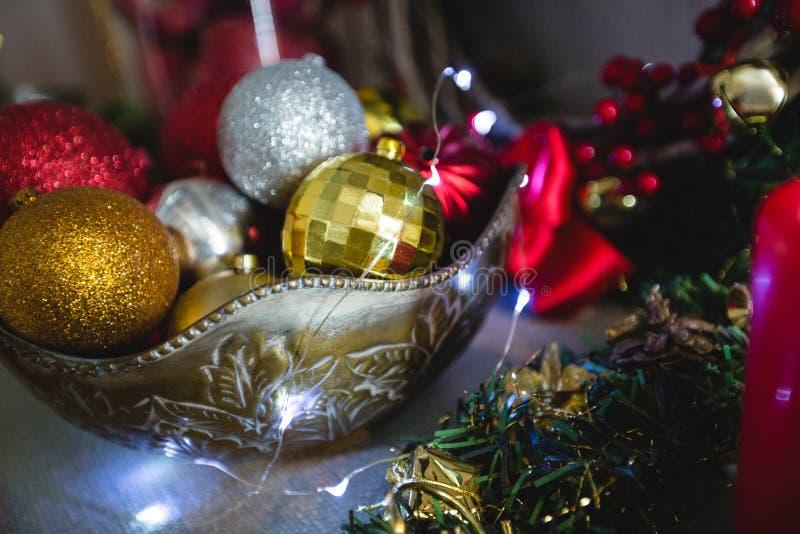 Κινηματογράφηση σε πρώτο πλάνο του μπιχλιμπιδιού Χριστουγέννων στο κύπελλο στοκ εικόνα με δικαίωμα ελεύθερης χρήσης