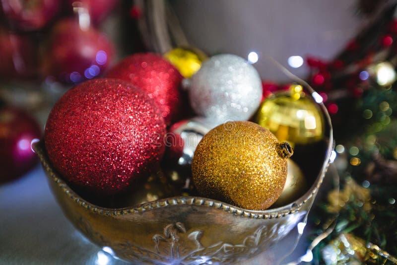 Κινηματογράφηση σε πρώτο πλάνο του μπιχλιμπιδιού Χριστουγέννων στο κύπελλο στοκ φωτογραφίες