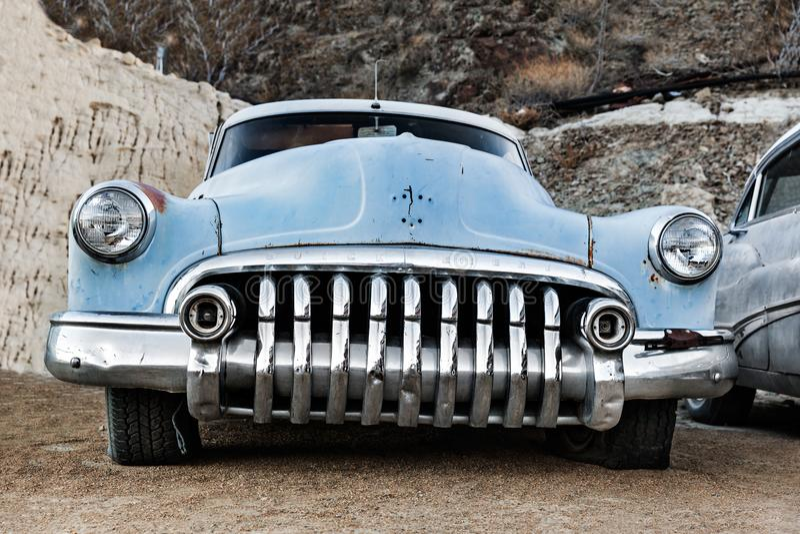 Κινηματογράφηση σε πρώτο πλάνο του μπλε εκλεκτής ποιότητας αυτοκινήτου στην έρημο της Νεβάδας, ΗΠΑ στοκ εικόνες