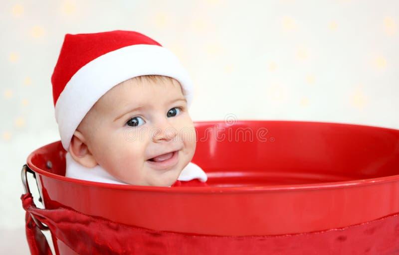 Κινηματογράφηση σε πρώτο πλάνο του μωρού Χριστουγέννων στον κόκκινο κάδο στοκ φωτογραφίες με δικαίωμα ελεύθερης χρήσης