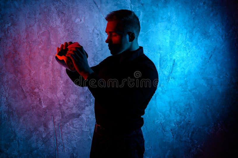 Κινηματογράφηση σε πρώτο πλάνο του νεαρού άνδρα που φορά τα προστατευτικά δίοπτρα εικονικής πραγματικότητας στο σύγχρονο στούντιο στοκ εικόνα με δικαίωμα ελεύθερης χρήσης