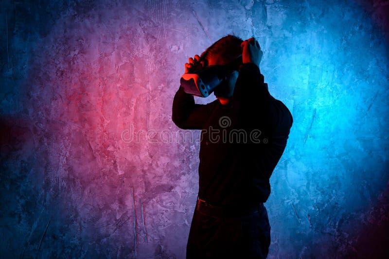 Κινηματογράφηση σε πρώτο πλάνο του νεαρού άνδρα που φορά τα προστατευτικά δίοπτρα εικονικής πραγματικότητας στο σύγχρονο στούντιο στοκ φωτογραφίες με δικαίωμα ελεύθερης χρήσης
