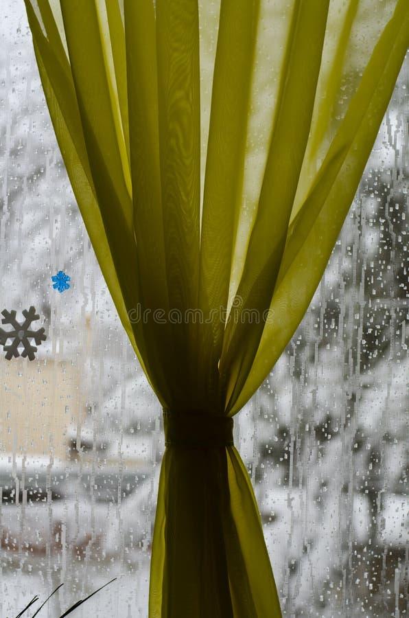 Κινηματογράφηση σε πρώτο πλάνο του ντεκόρ χειμερινού νέου ετησίως για ένα παράθυρο υπό μορφή Άγιου Βασίλη στο υπόβαθρο ενός παραθ στοκ εικόνες