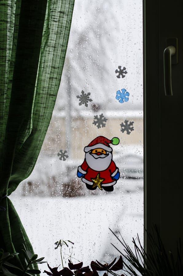 Κινηματογράφηση σε πρώτο πλάνο του ντεκόρ χειμερινού νέου ετησίως για ένα παράθυρο υπό μορφή Άγιου Βασίλη στο υπόβαθρο ενός παραθ στοκ εικόνα με δικαίωμα ελεύθερης χρήσης