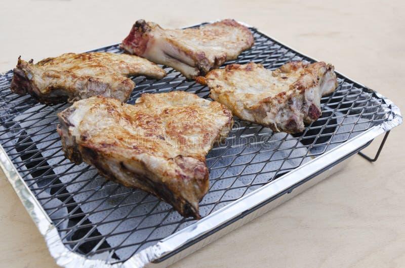 Κινηματογράφηση σε πρώτο πλάνο του νόστιμου και juicy ψημένου κρέατος χοιρινού κρέατος στη σχάρα στοκ εικόνες