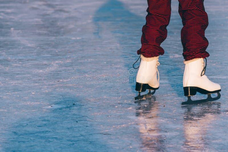 Κινηματογράφηση σε πρώτο πλάνο του πατινάζ γυναικών στον πάγο στοκ φωτογραφία