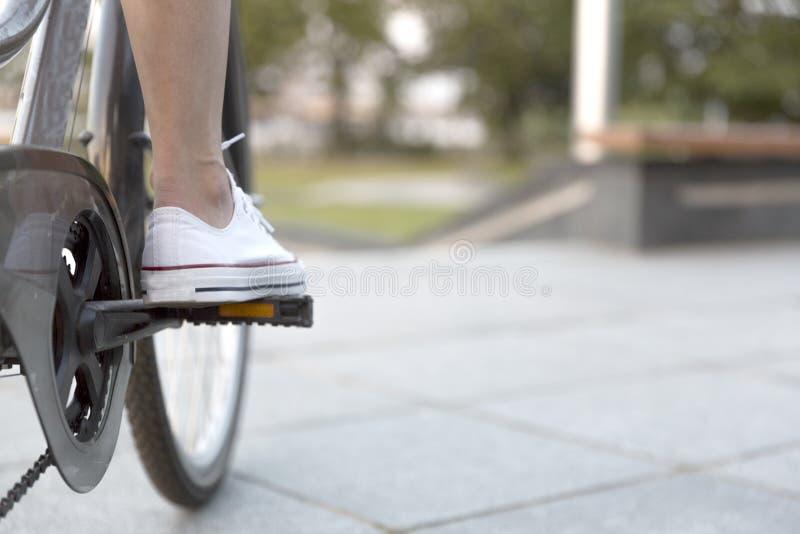 Κινηματογράφηση σε πρώτο πλάνο του ποδιού στο ποδήλατο, τον αθλητισμό και τη μεταφορά πενταλιών Εύκολη μεταφορά πόλεων στοκ εικόνες