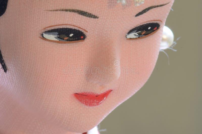 Κινηματογράφηση σε πρώτο πλάνο του προσώπου από την παραδοσιακή κορεατική κούκλα γυναικών στοκ εικόνες