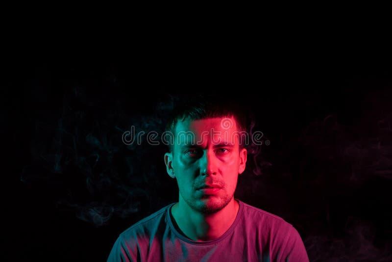 Κινηματογράφηση σε πρώτο πλάνο του προσώπου ενός αξύριστου κεφαλιού ενός καυκάσιου ατόμου που κοιτάζει προς τα εμπρός με τις καλα στοκ εικόνες