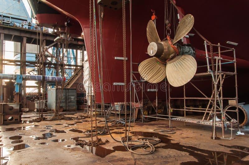 Κινηματογράφηση σε πρώτο πλάνο του προωστήρα σκαφών στη δεξαμενή καθαρισμού στοκ εικόνες