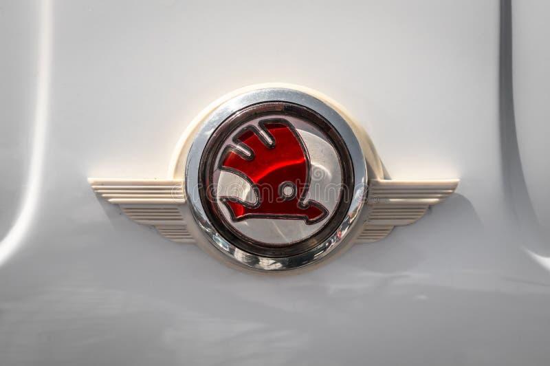 Κινηματογράφηση σε πρώτο πλάνο του σημαδιού Skoda στο άσπρο αυτοκίνητο στοκ φωτογραφία με δικαίωμα ελεύθερης χρήσης