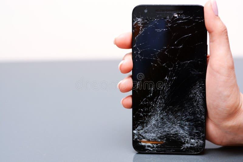Κινηματογράφηση σε πρώτο πλάνο του σπασμένου κινητού τηλεφώνου με τη ραγισμένη επίδειξη στοκ φωτογραφία με δικαίωμα ελεύθερης χρήσης