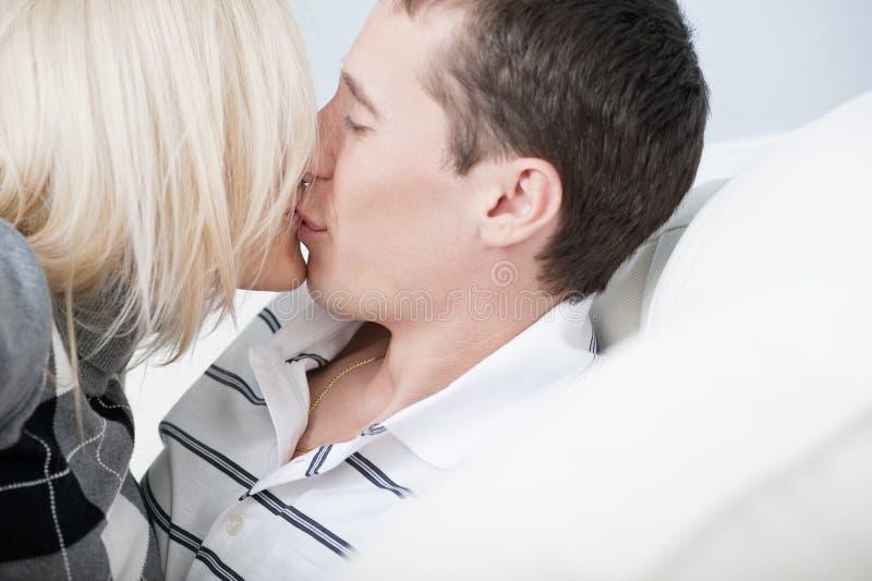 Κινηματογράφηση σε πρώτο πλάνο του φιλήματος ζεύγους στοκ εικόνα