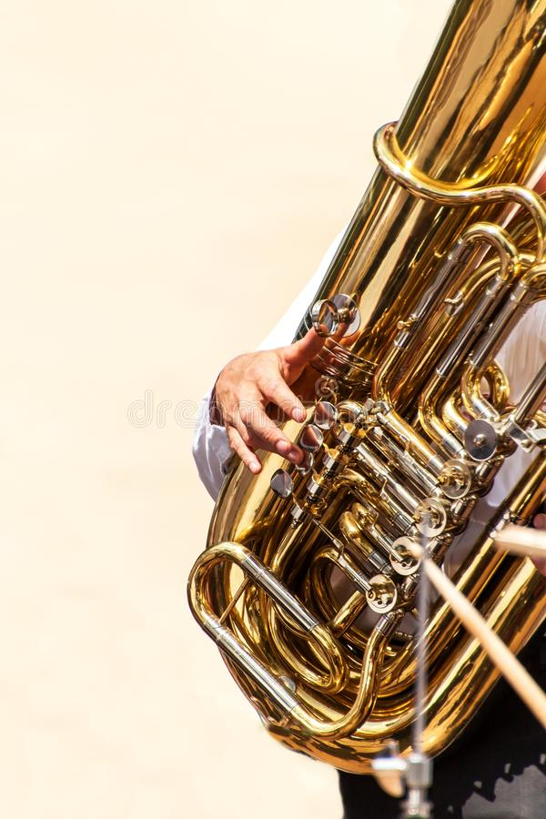 Κινηματογράφηση σε πρώτο πλάνο του φορέα tuba στην οδό Παρουσίαση της ορχήστρας πνευστ0ών από χαλκό Το όργανο του tuba ορχηστρών  στοκ εικόνα