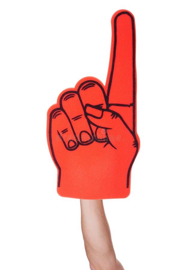 Κινηματογράφηση σε πρώτο πλάνο του χεριού που φορά το δάχτυλο αφρού στοκ εικόνες