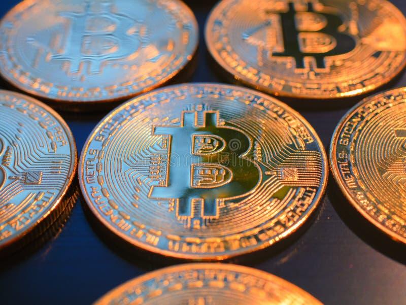 Κινηματογράφηση σε πρώτο πλάνο του χρυσού bitcoins στο μαύρο υπόβαθρο στοκ εικόνες