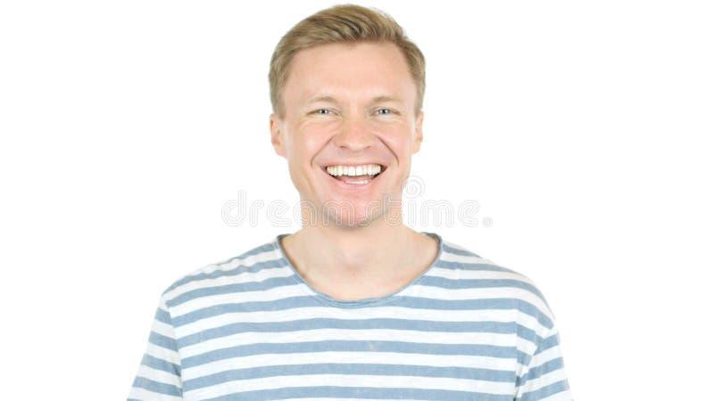 Κινηματογράφηση σε πρώτο πλάνο του όμορφου τύπου που γελά στο αστείο, που απομονώνεται στο άσπρο υπόβαθρο στοκ εικόνα