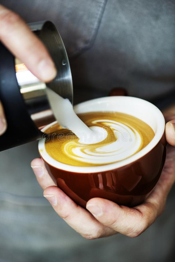 Κινηματογράφηση σε πρώτο πλάνο του barista που κατασκευάζει latte το ποτό καφέ τέχνης στοκ εικόνα με δικαίωμα ελεύθερης χρήσης