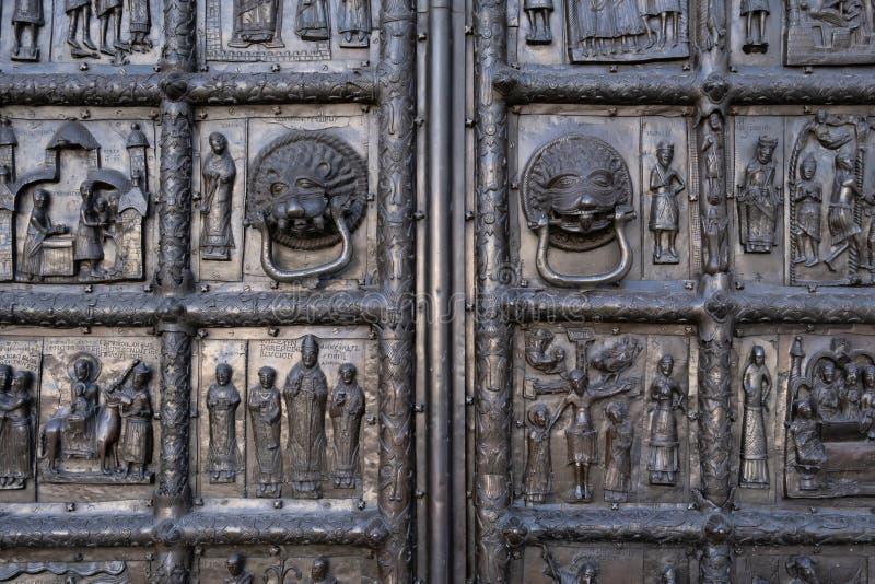 Κινηματογράφηση σε πρώτο πλάνο του theancient χαλκού Magdeburg Γκέιτς 1153 του καθεδρικού ναού Αγίου Sophia σε Veliky Novgorod στοκ φωτογραφία με δικαίωμα ελεύθερης χρήσης