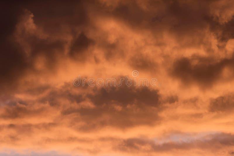 Κινηματογράφηση σε πρώτο πλάνο των καφετιών χρωματισμένων πορτοκάλι σύννεφων στοκ εικόνα