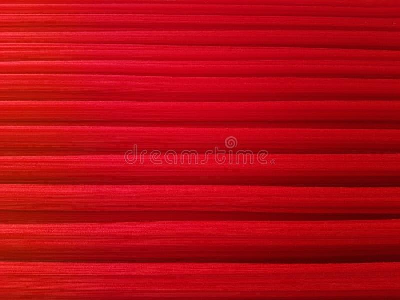Κινηματογράφηση σε πρώτο πλάνο των κόκκινων νημάτων βαμβακιού στο υφαντικό ύφασμα στοκ φωτογραφία