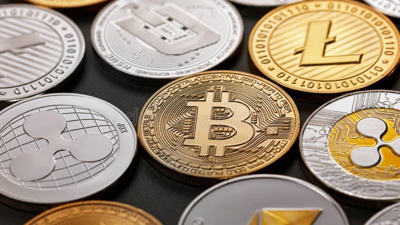 Κινηματογράφηση σε πρώτο πλάνο των λαμπρών χρυσών και ασημένιων νομισμάτων σε ένα σκοτεινό υπόβαθρο Έννοια επιχειρήσεων και τεχνο στοκ εικόνα με δικαίωμα ελεύθερης χρήσης