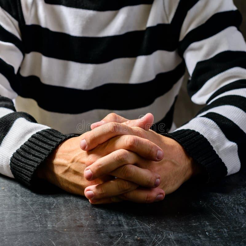 Κινηματογράφηση σε πρώτο πλάνο των μη αναγνωρισμένων χεριών ενός φυλακισμένου στη φυλακή που γδύνεται στοκ φωτογραφία με δικαίωμα ελεύθερης χρήσης