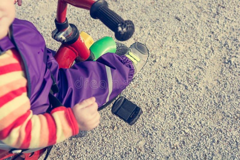 Κινηματογράφηση σε πρώτο πλάνο των ποδιών παιδιών που ωθούν ένα πεντάλι στο ποδήλατο στοκ φωτογραφίες με δικαίωμα ελεύθερης χρήσης