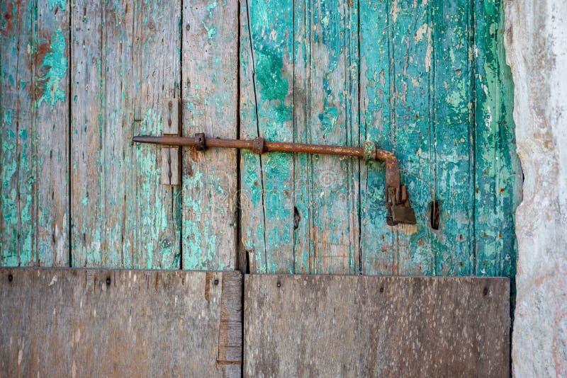 Κινηματογράφηση σε πρώτο πλάνο των πολύ παλαιών βρώμικων ξύλινων ξεπερασμένων πορτών με τη λαβή πορτών στοκ φωτογραφίες με δικαίωμα ελεύθερης χρήσης