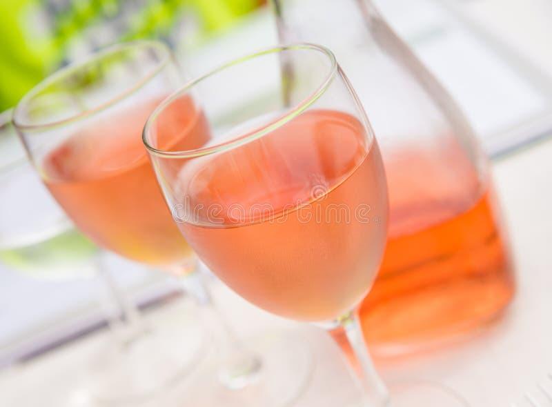 Κινηματογράφηση σε πρώτο πλάνο των ροδαλών γυαλιών κρασιού στοκ εικόνες