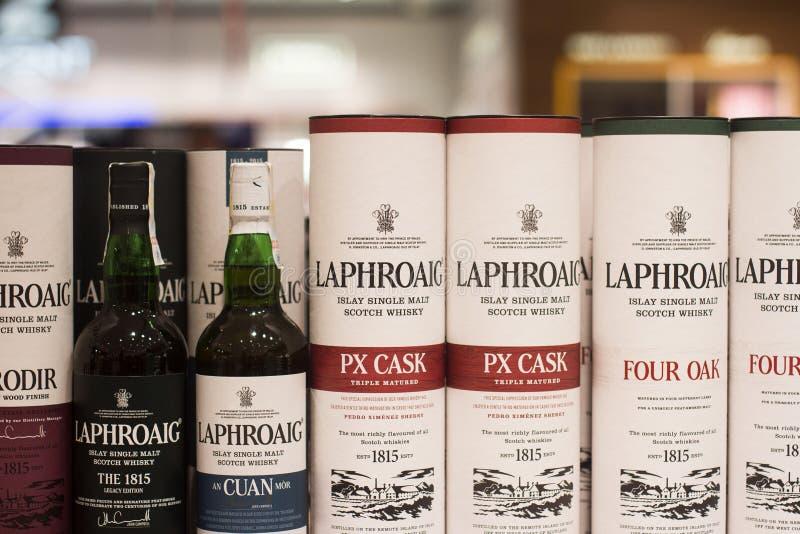 Κινηματογράφηση σε πρώτο πλάνο των σκωτσέζικων μπουκαλιών και των κιβωτίων ουίσκυ Laphroaig στο superm στοκ φωτογραφία με δικαίωμα ελεύθερης χρήσης