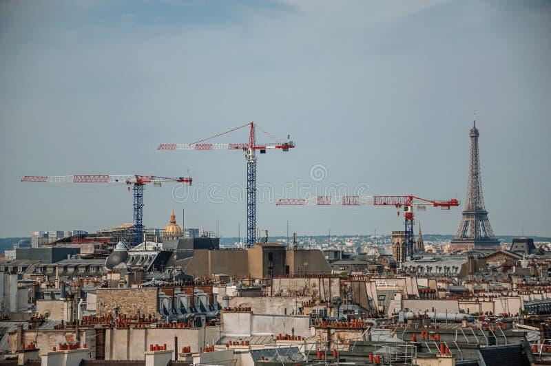 Κινηματογράφηση σε πρώτο πλάνο των στεγών κτηρίων, των γερανών και του πύργου του Άιφελ στον ορίζοντα στο Παρίσι στοκ εικόνα με δικαίωμα ελεύθερης χρήσης