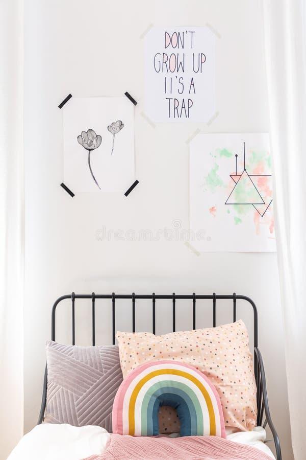 Κινηματογράφηση σε πρώτο πλάνο των σχεδίων στον άσπρο τοίχο της κρεβατοκάμαρας παιδιών στοκ εικόνα με δικαίωμα ελεύθερης χρήσης