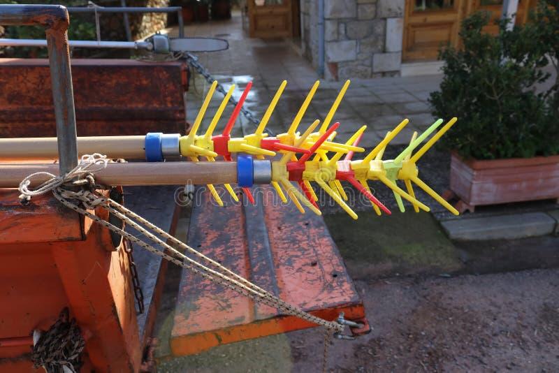 Κινηματογράφηση σε πρώτο πλάνο των σωστά χρωματισμένων εργαλείων επιλογής ελιών που κολλούν από το πίσω μέρος ενός γρατσουνισμένο στοκ εικόνα