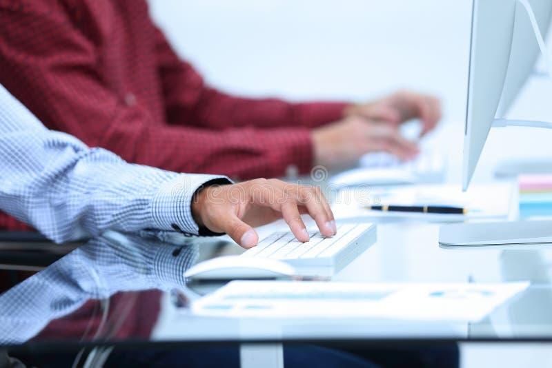 Κινηματογράφηση σε πρώτο πλάνο των υπαλλήλων που δακτυλογραφούν στο πληκτρολόγιο στοκ εικόνα