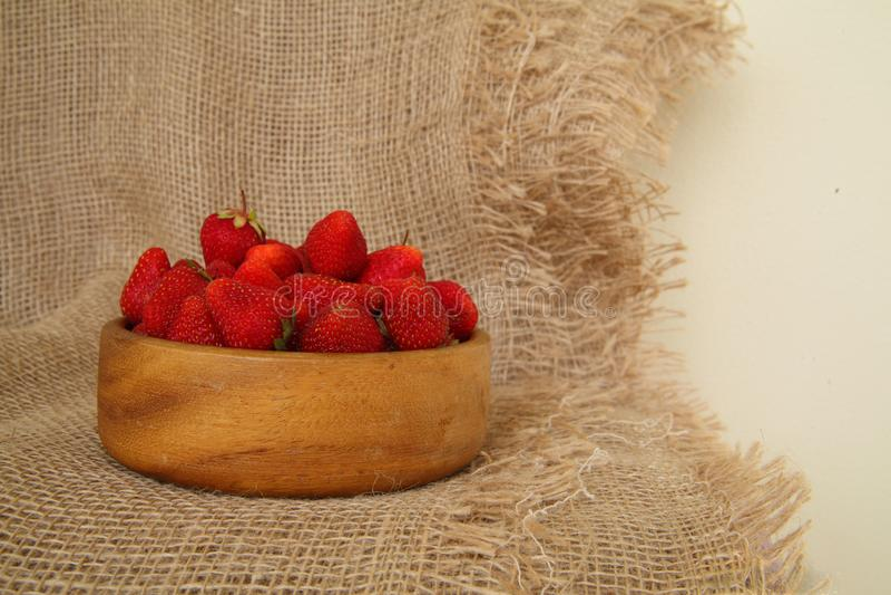 Κινηματογράφηση σε πρώτο πλάνο των φρέσκων φραουλών στο ξύλινο κύπελλο Αγροτικό επιδόρπιο ύφους στοκ εικόνα με δικαίωμα ελεύθερης χρήσης