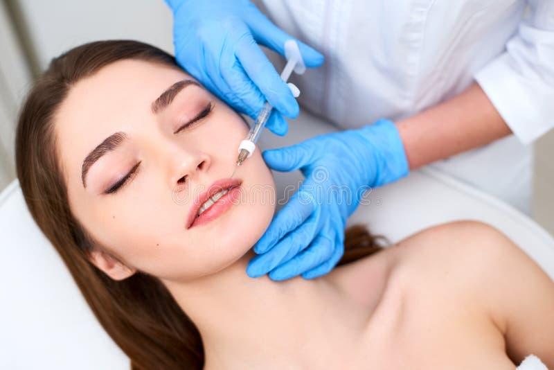 Χειλική αύξηση Κινηματογράφηση σε πρώτο πλάνο των χεριών γιατρών Beautician που κάνουν τη διαδικασία ομορφιάς στα θηλυκά χείλια μ στοκ εικόνες με δικαίωμα ελεύθερης χρήσης