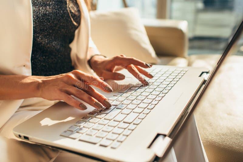 Κινηματογράφηση σε πρώτο πλάνο των χεριών γυναικών που δακτυλογραφούν στο πληκτρολόγιο lap-top στοκ εικόνες με δικαίωμα ελεύθερης χρήσης