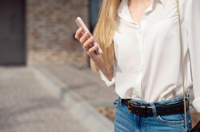 Κινηματογράφηση σε πρώτο πλάνο των χεριών των γυναικών που κρατούν το τηλέφωνο κυττάρων, βίντεο προσοχής νέων κοριτσιών στο κινητ στοκ φωτογραφίες