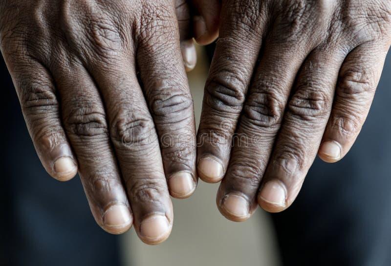 Κινηματογράφηση σε πρώτο πλάνο των χεριών μαύρων στοκ φωτογραφία με δικαίωμα ελεύθερης χρήσης