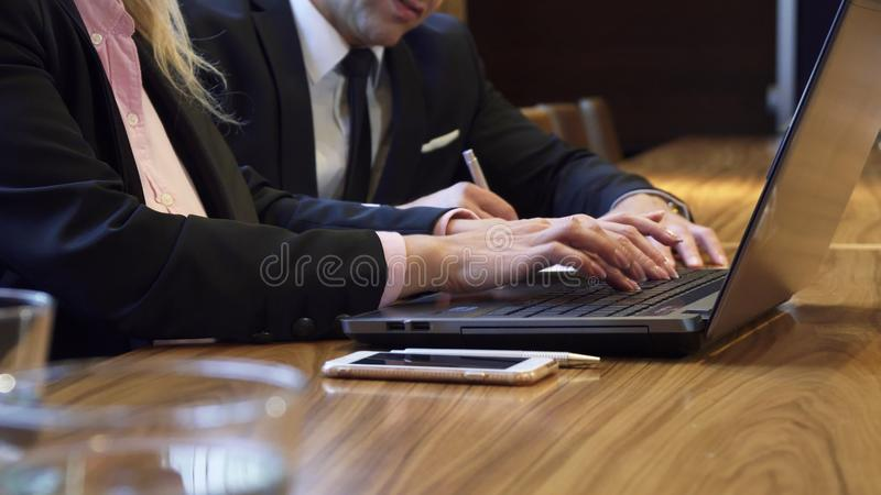 Κινηματογράφηση σε πρώτο πλάνο των χεριών μιας γυναίκας που δακτυλογραφεί κάτι στο πληκτρολόγιο υπολογιστών στοκ εικόνες