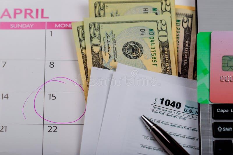 Κινηματογράφηση σε πρώτο πλάνο φορολογικού χρόνου του U S φορολογική 1040 επιστροφή με τους λογαριασμούς δολαρίων του U S και για στοκ φωτογραφία με δικαίωμα ελεύθερης χρήσης
