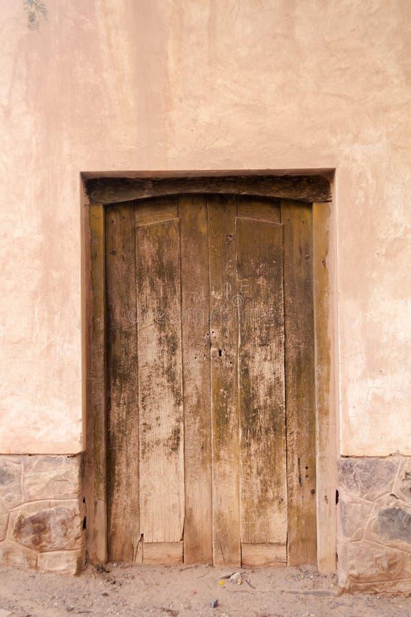Κινηματογράφηση σε πρώτο πλάνο φωτογραφιών του παλαιού ηλικίας κτηρίου φιαγμένου από τεκτονική πετρών με την ηλικίας ξύλινη πόρτα στοκ φωτογραφίες