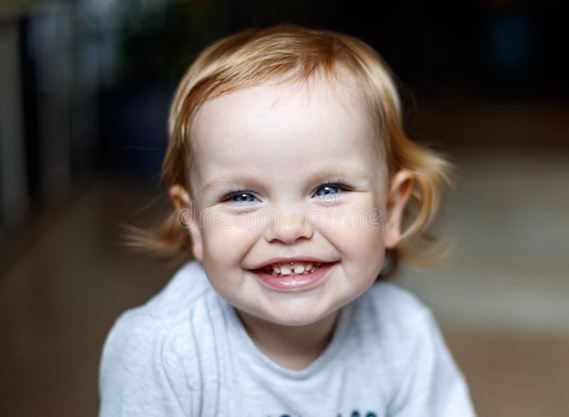 Κινηματογράφηση σε πρώτο πλάνο χαμόγελου μωρών Ευτυχές κορίτσι δύο ετών παιδιών στοκ εικόνες
