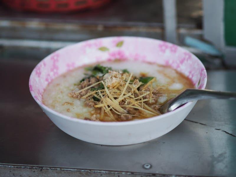 Κινηματογράφηση σε πρώτο πλάνο Congee με το τοπ πρόγευμα τροφίμων πιπεροριζών χοιρινού κρέατος στοκ φωτογραφία με δικαίωμα ελεύθερης χρήσης