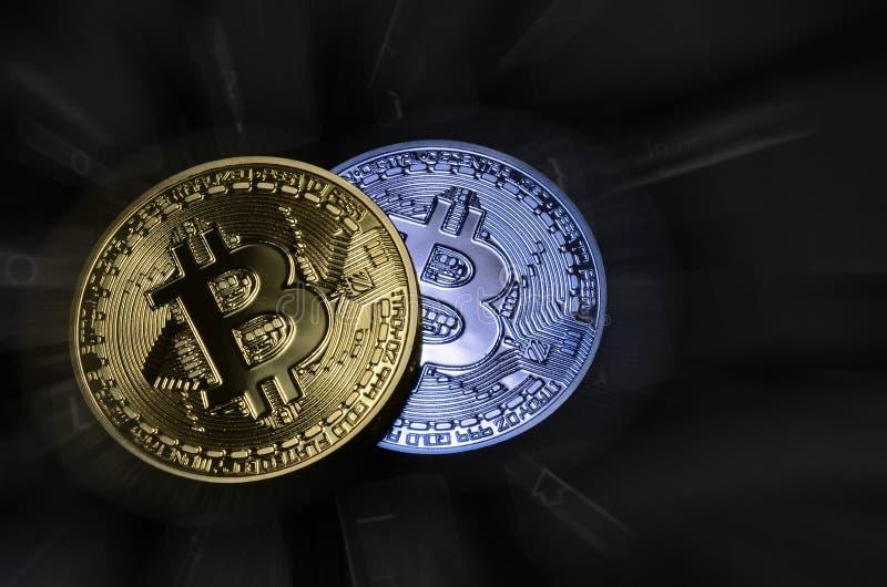 Κινηματογράφηση σε πρώτο πλάνο crypto του φυσικού bitcoin νομίσματος πέρα από το πληκτρολόγιο υπολογιστών στοκ εικόνες