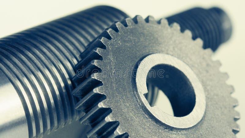 Κινηματογράφηση σε πρώτο πλάνο gearwheel και του άξονα χάλυβα με το νήμα στοκ φωτογραφία με δικαίωμα ελεύθερης χρήσης